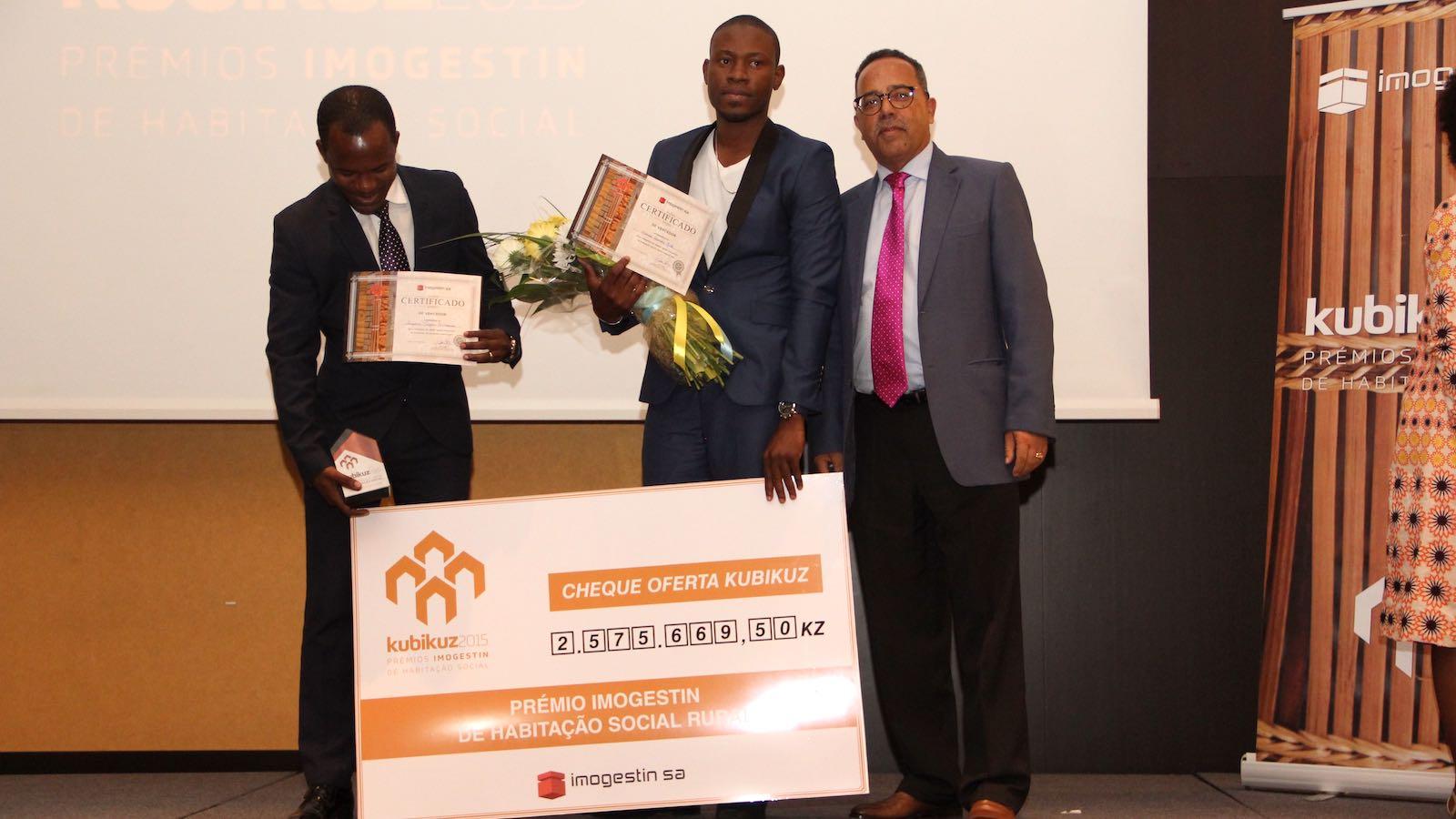 Vencedores da categoria de Habitação Rural, Angelino Quissonde e Ismael João