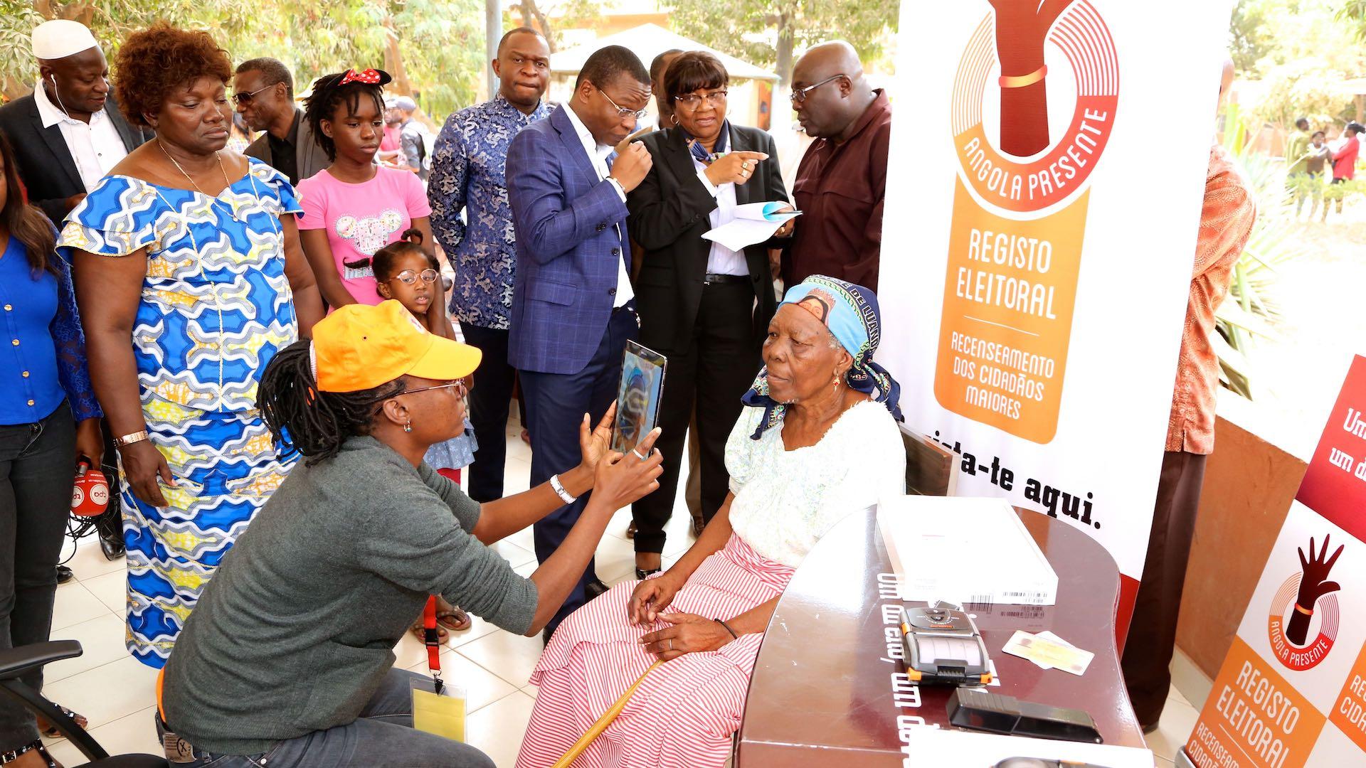 Anciã acolhida no Beiral actualiza os seus dados eleitorais