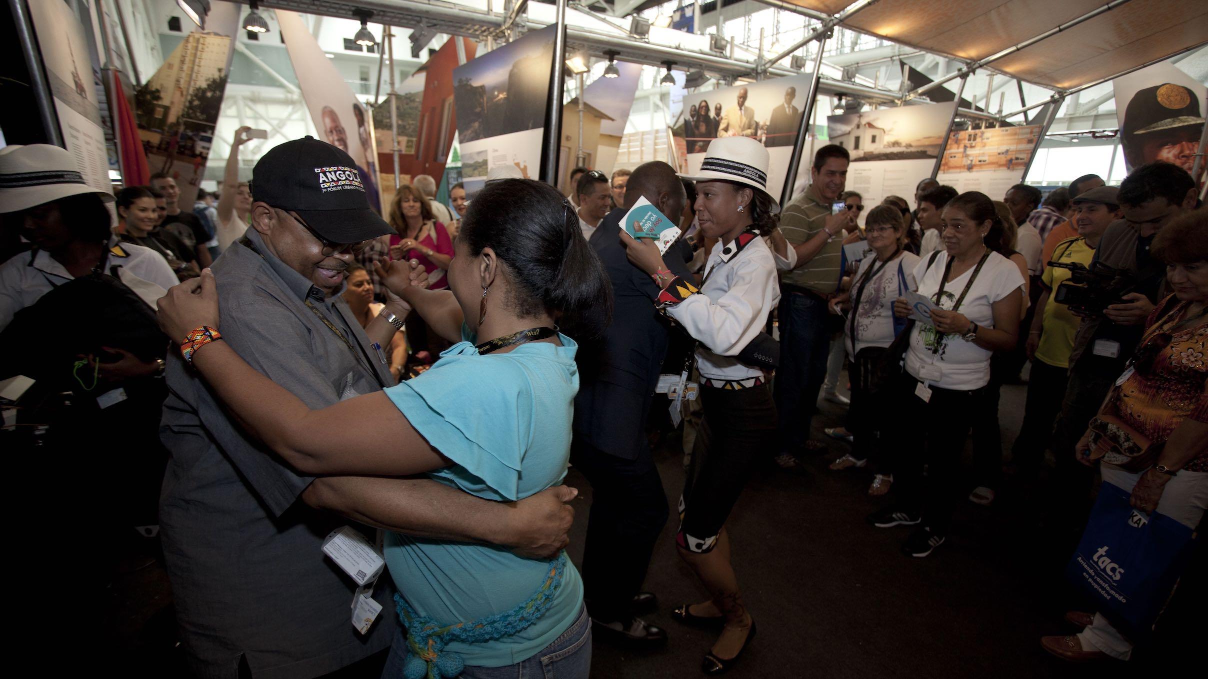 Integrantes da delegação angolana mostram como se dança Kizomba, foto de Sergio Gomes.